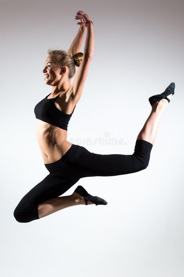 Tederheid, gunst, melodie en plastiek van gymnastiek- meisje Gunstsprong in de lucht van aardig jong meisje royalty-vrije stock fotografie