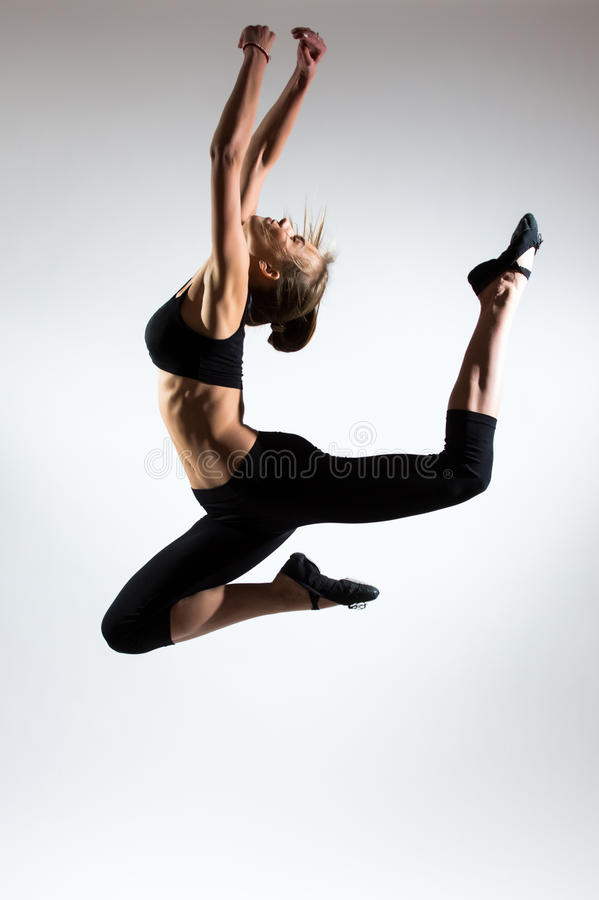 Tederheid, gunst, melodie en plastiek van gymnastiek- meisje Gunstsprong in de lucht van aardig jong meisje royalty-vrije stock foto