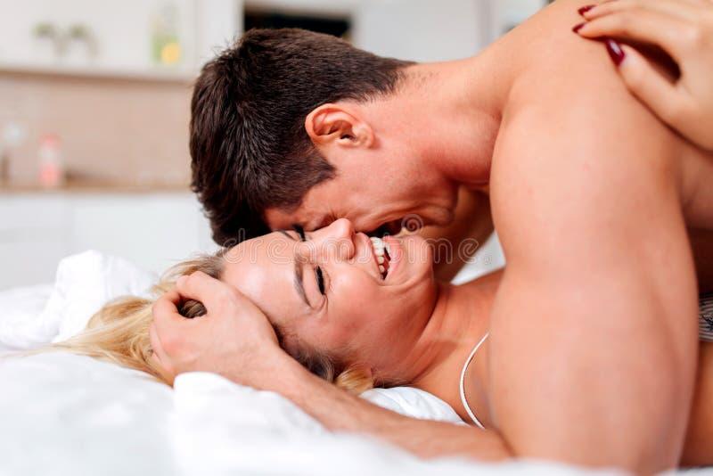 Tederheid od een mooi paar in slaapkamer royalty-vrije stock foto
