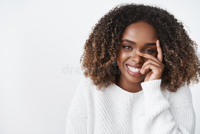 Tederheid, schoonheid en zuiver emotiesconcept Portret van sensueel teder en leuk Afrikaans Amerikaans meisje in sweater royalty-vrije stock afbeelding