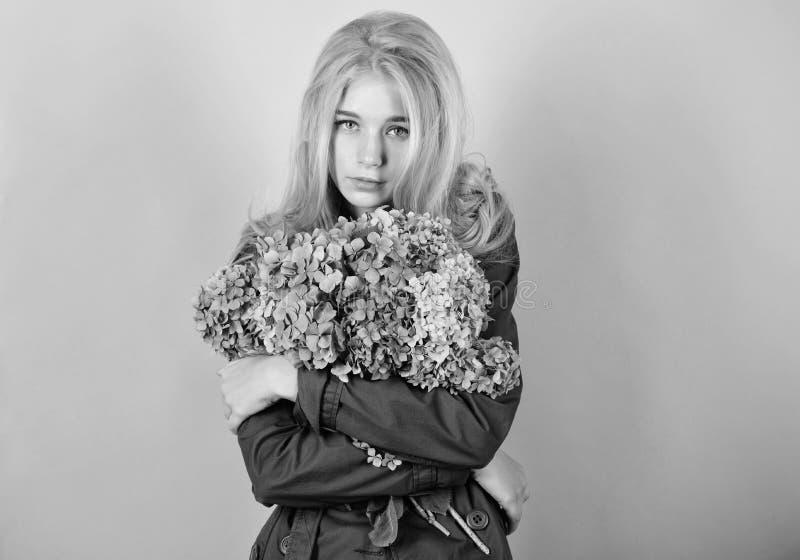 Tederheid van jonge huid De lentebloei Eenvoudige Schoonheid Van de de omhelzingshydrangea hortensia van het meisjes leuk blonde  royalty-vrije stock afbeeldingen