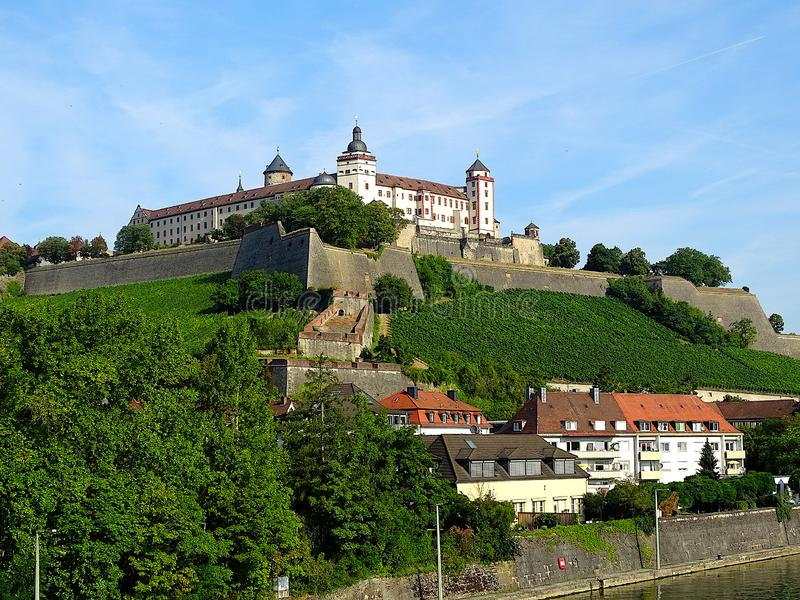 Tedesco della fortezza di Marienberg: Festung Marienberg ? un punto di riferimento prominente sulla sponda sinistra del fiume pri fotografie stock libere da diritti