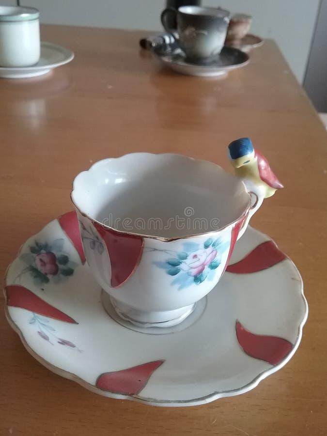 Tee auf einer Bank stockfotos