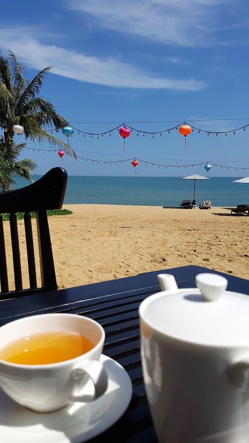 Tee auf Tabelle auf Strand stockbild