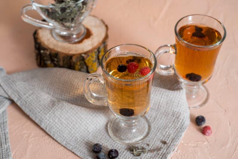 Tee der Schwarzen Johannisbeere mit gr?nen Bl?ttern in einer Glasschale im Herbst auf dem Hintergrund eines Fensters mit Regentro lizenzfreie stockfotografie