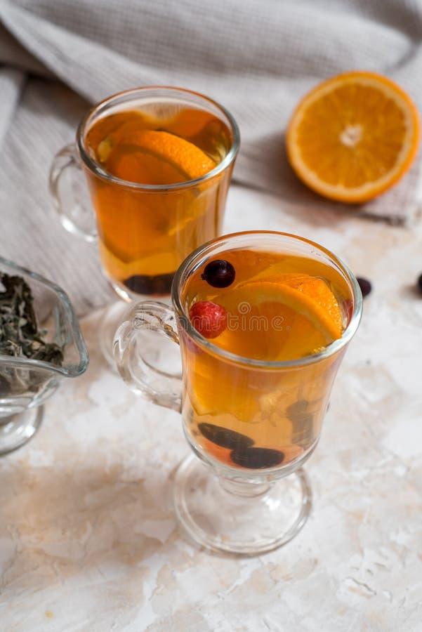 Tee der Schwarzen Johannisbeere mit gr?nen Bl?ttern in einer Glasschale im Herbst auf dem Hintergrund eines Fensters mit Regentro lizenzfreie stockfotos