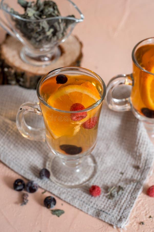 Tee der Schwarzen Johannisbeere mit gr?nen Bl?ttern in einer Glasschale im Herbst auf dem Hintergrund eines Fensters mit Regentro lizenzfreie stockbilder