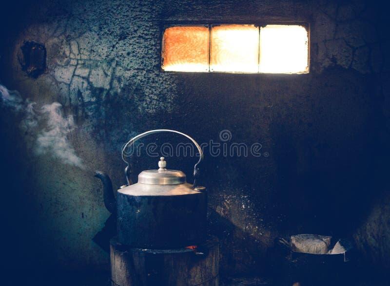 Tee, der am Straßenrandrestaurant in Indien gekocht wird stockbilder