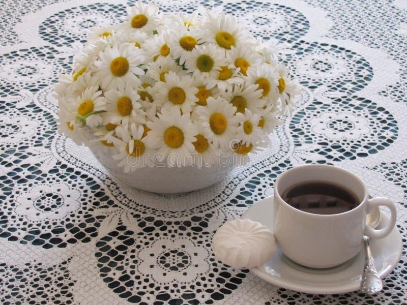 Tee in einer weißen Schale auf dem Tisch stockbild