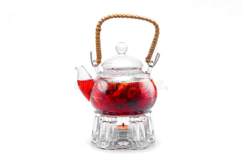 Tee gemacht von den roten Beeren in der transparenten Glasteekanne lizenzfreie stockfotos
