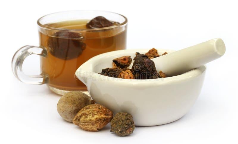Tee gemacht von Triphala lizenzfreie stockbilder