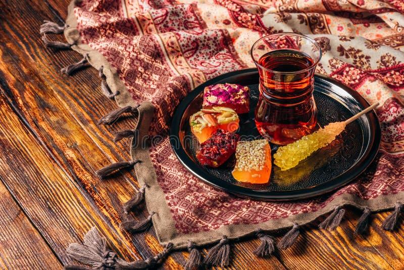 Tee im armudu mit orientalischer Freude lizenzfreie stockbilder