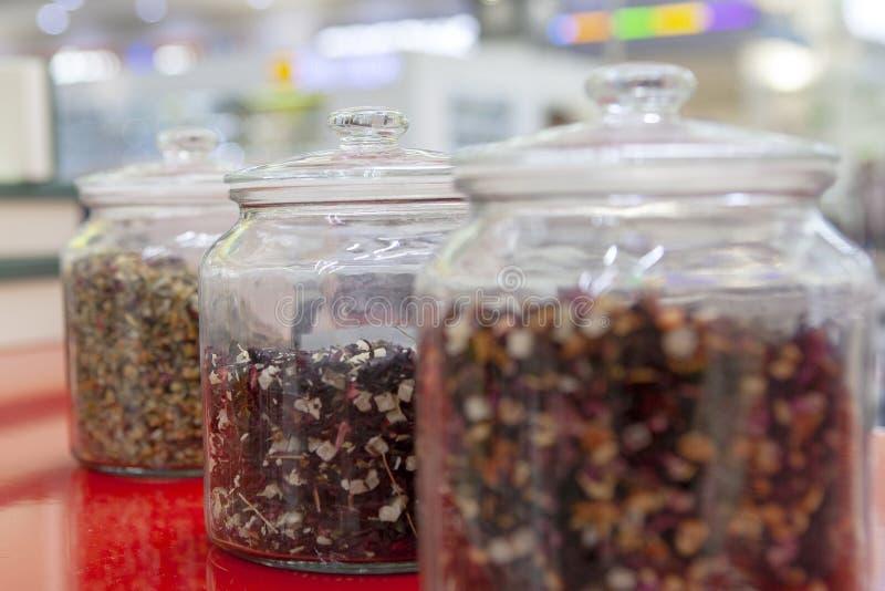 Tee mischt herein Glasgef??e auf dem Z?hler des Caf?s Helle Farben des Tees lizenzfreie stockfotos