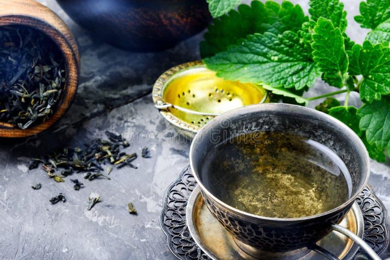 Tee mit grünen frischen Melisseblättern lizenzfreies stockbild