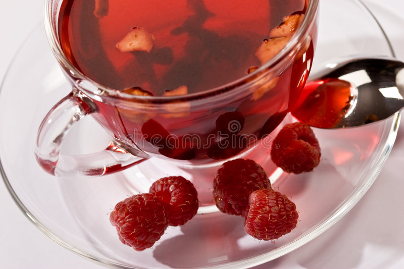 Tee mit Himbeere lizenzfreie stockfotos