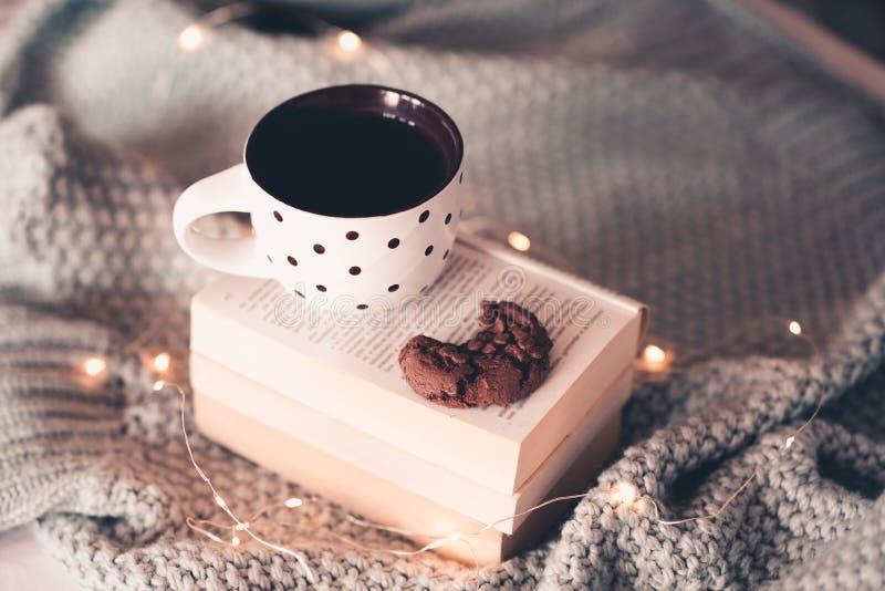 Tee mit Keksen auf Büchern stockbild