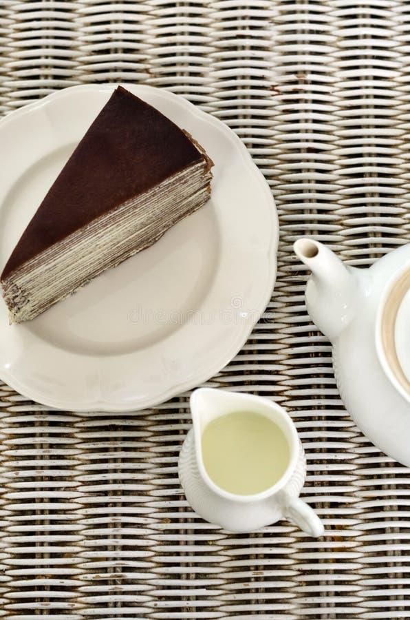 Tee mit Schokoladenkreppkuchen lizenzfreie stockbilder