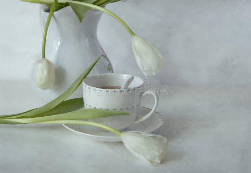 Tee mit weißen Tulpen lizenzfreie stockbilder