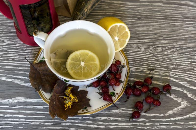 Tee mit Zitrone Nützliche Produkte im Fall lizenzfreie stockbilder