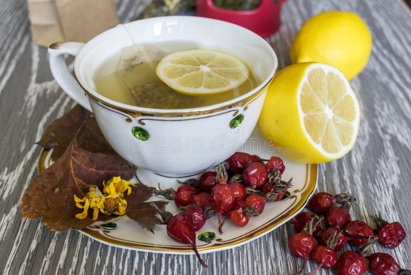 Tee mit Zitrone Nützliche Produkte im Fall stockbilder