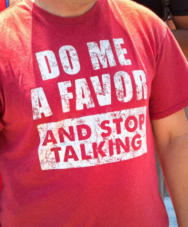 Tee-shirt d'amusement, parler d'arrêt images libres de droits