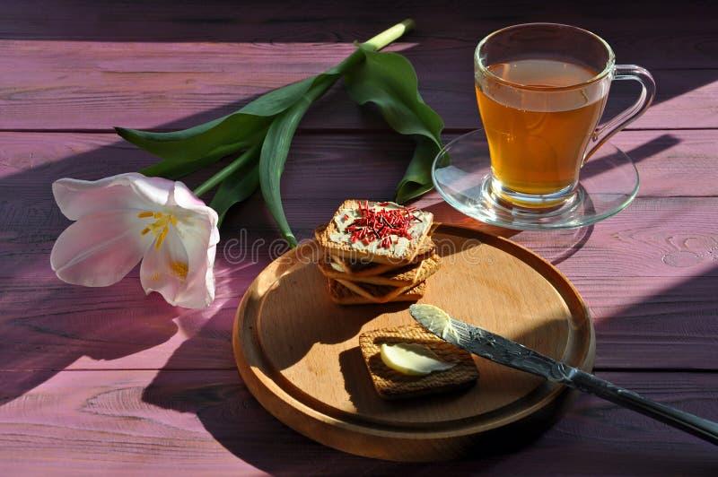 Tee, Tulpe und die Plätzchen stockbild