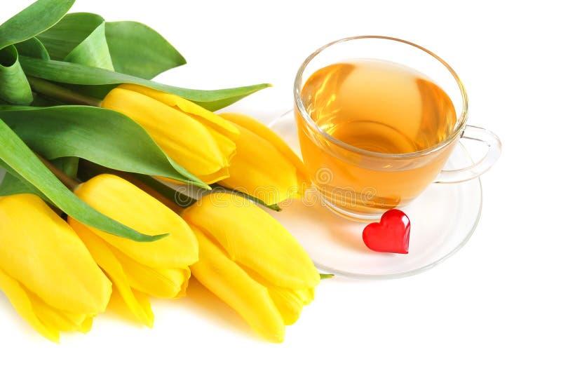 Tee, Tulpen und rotes Inneres lizenzfreie stockfotos