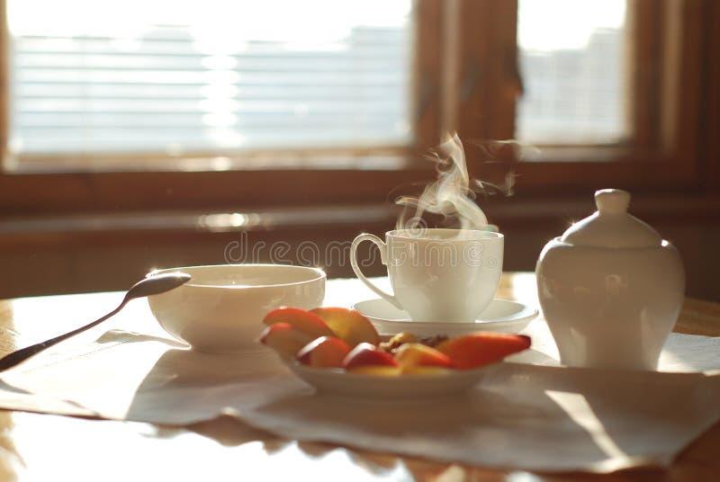 Tee und Äpfel lizenzfreie stockfotografie
