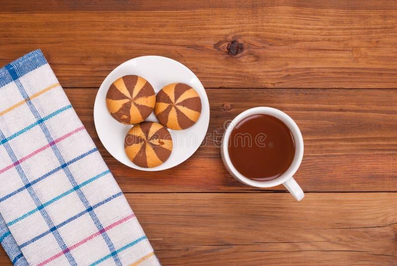 Tee und Kekse auf dem Tisch stockfoto