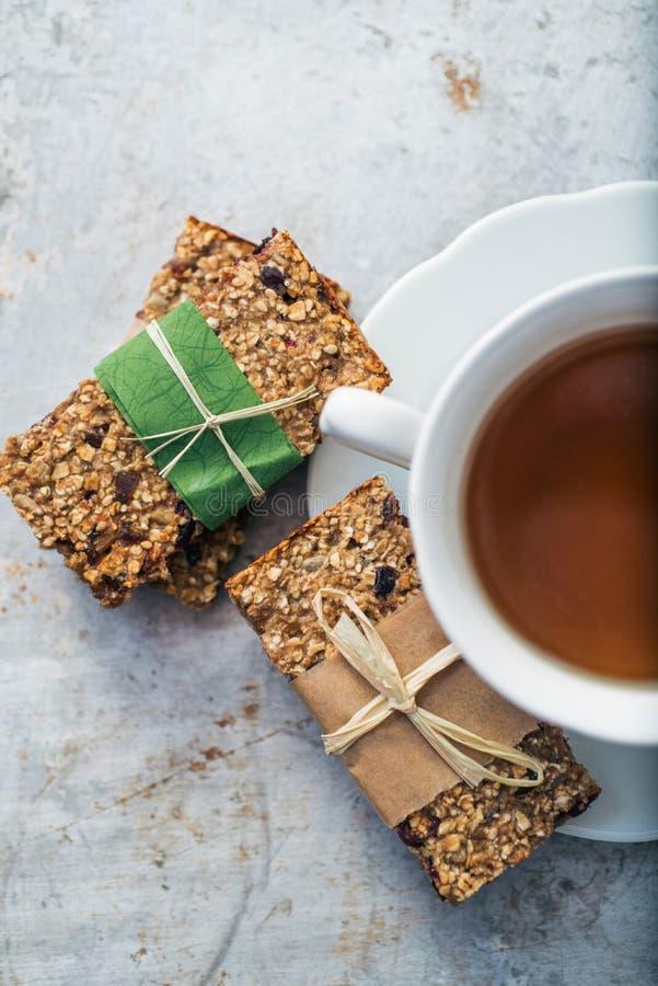 Tee und Müsliriegel stockfotografie