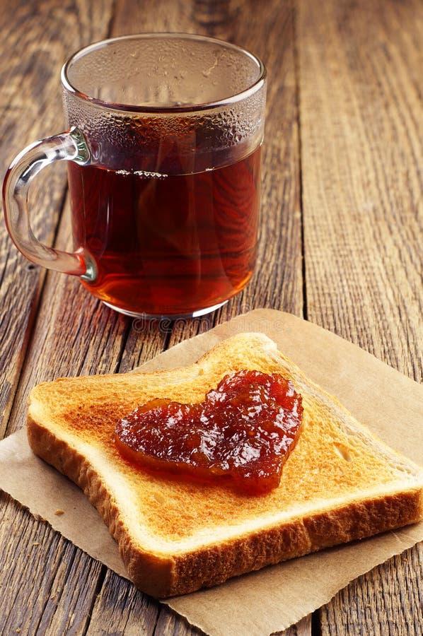 Tee- und Toastbrot mit Stau in Form von Herzen lizenzfreies stockfoto