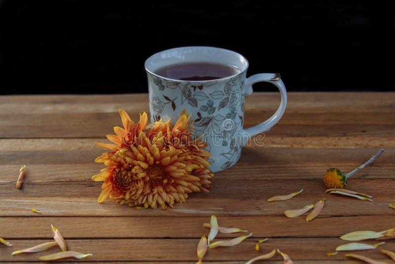 Tee zum Frühstück mit Blumen stockfotografie