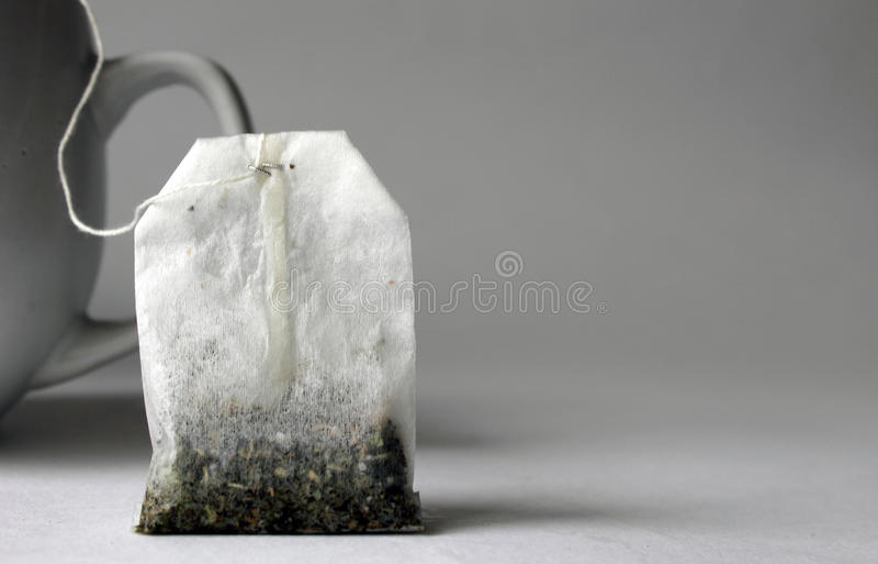 Teebeutel mit weißer Schale lizenzfreie stockfotos
