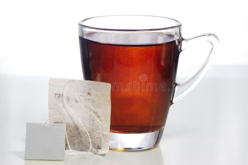 Teebeutel und ein Glas Tee lizenzfreies stockbild