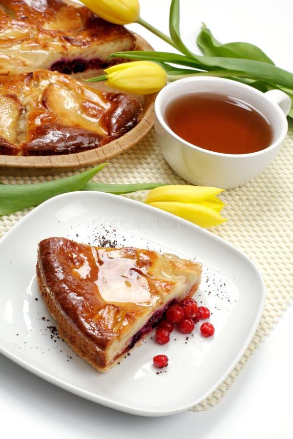Teecup, -tulpen und -stück eines Apfelkuchens lizenzfreie stockfotografie