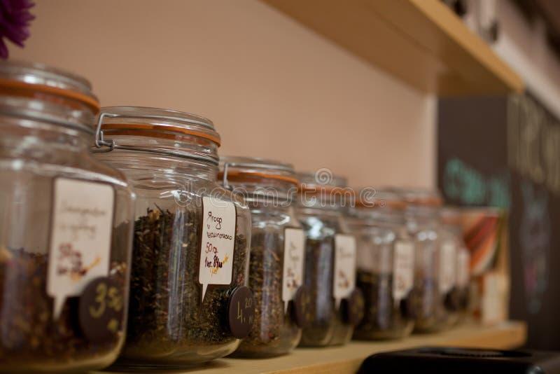 Teegläser in einer Reihe lizenzfreies stockfoto