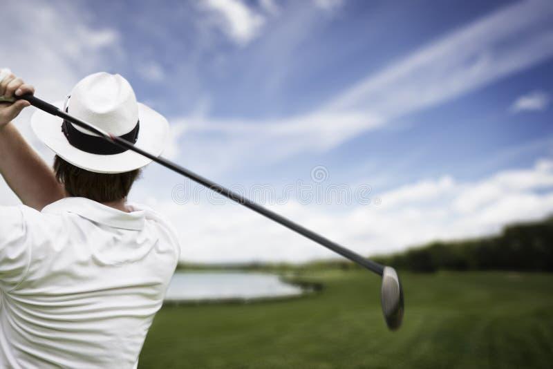 Teeing-fora do jogador de golfe imagem de stock