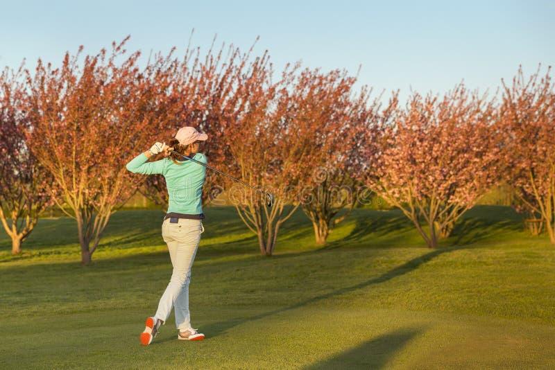 Teeing-fora do jogador de golfe da mulher foto de stock royalty free