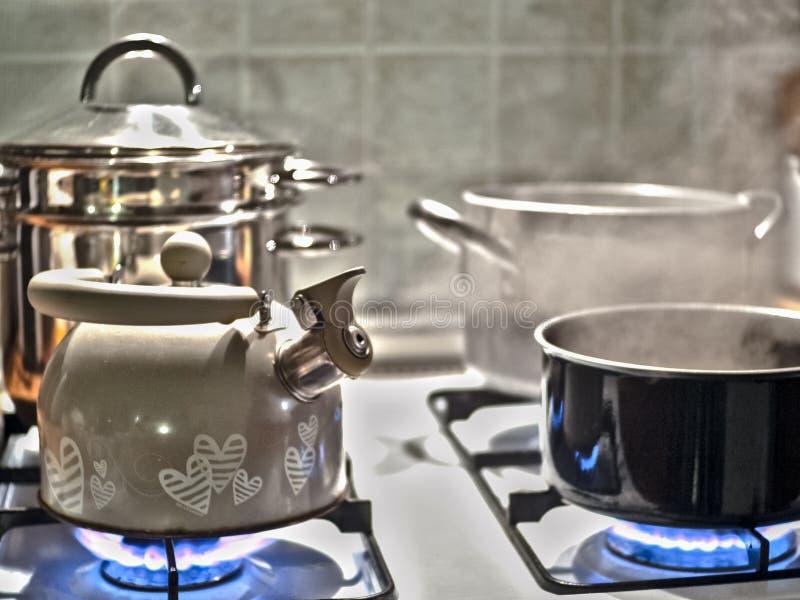 Teekanne auf dem Feuer lizenzfreie stockbilder