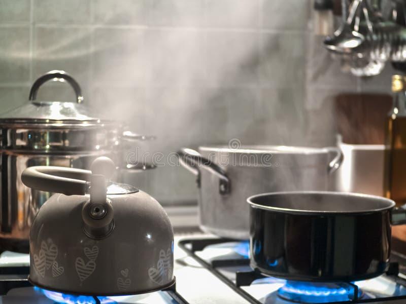 Teekanne auf dem Feuer lizenzfreie stockfotos