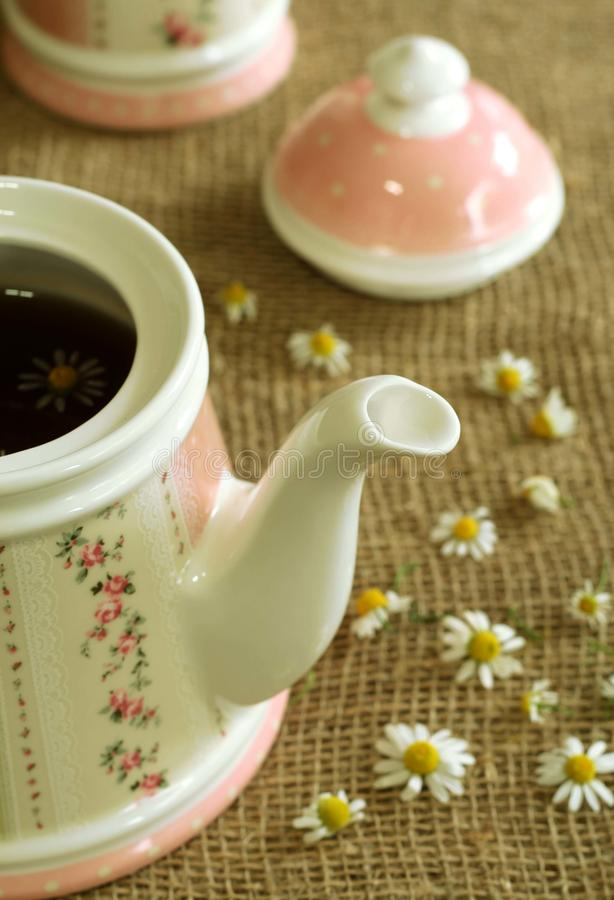 Teekanne mit beruhigendem Kräuterkamillenteen. lizenzfreies stockbild