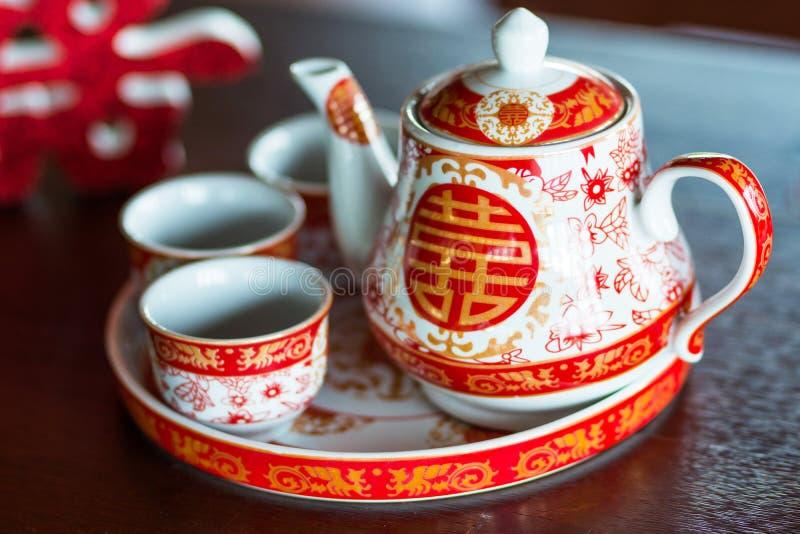 Teekanne und Schalen benutzt im Hochzeitszeremonieesprit des traditionellen Chinesen lizenzfreie stockbilder