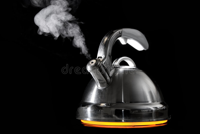 Teekessel mit kochendem Wasser stockfoto