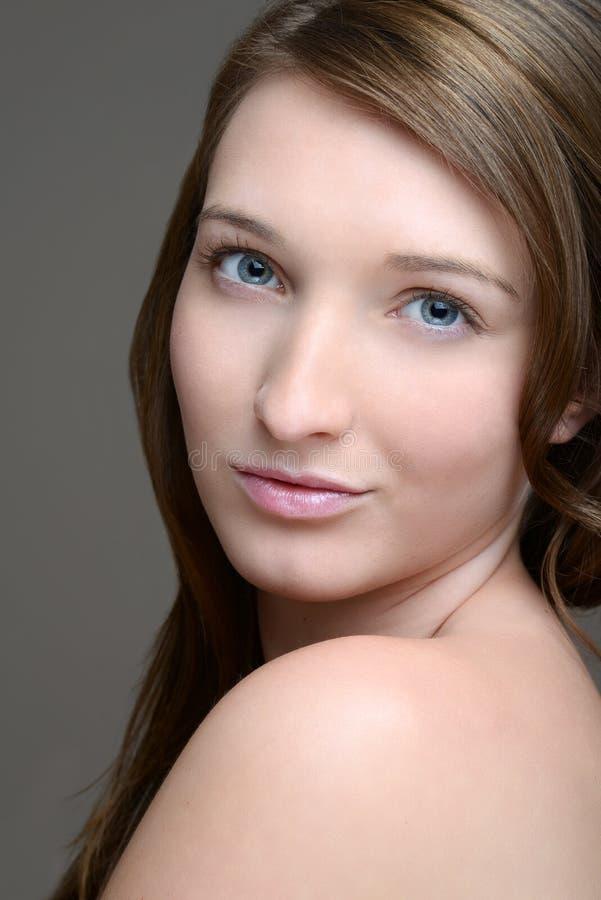 Teen brunettstående fotografering för bildbyråer