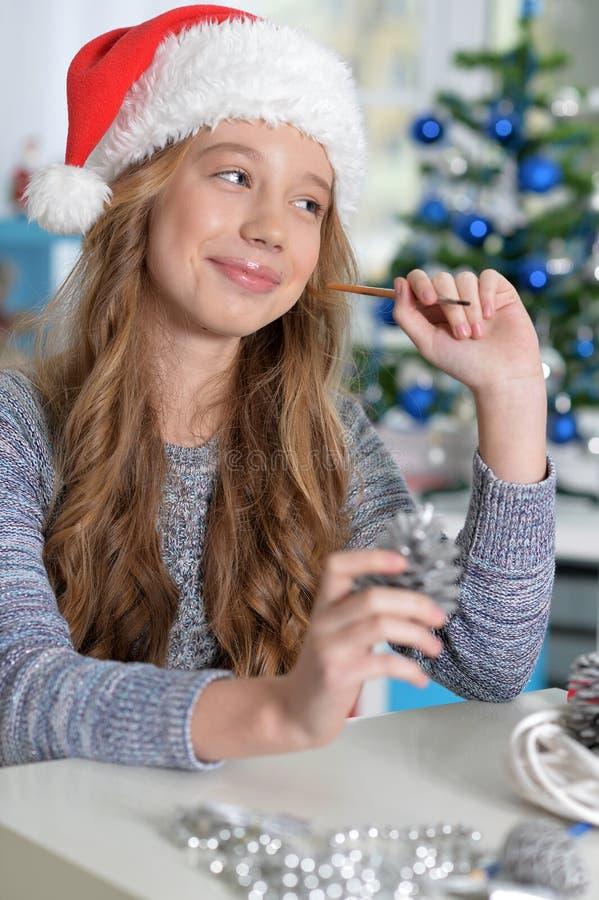 Teen flicka i den Santa hatten royaltyfria foton