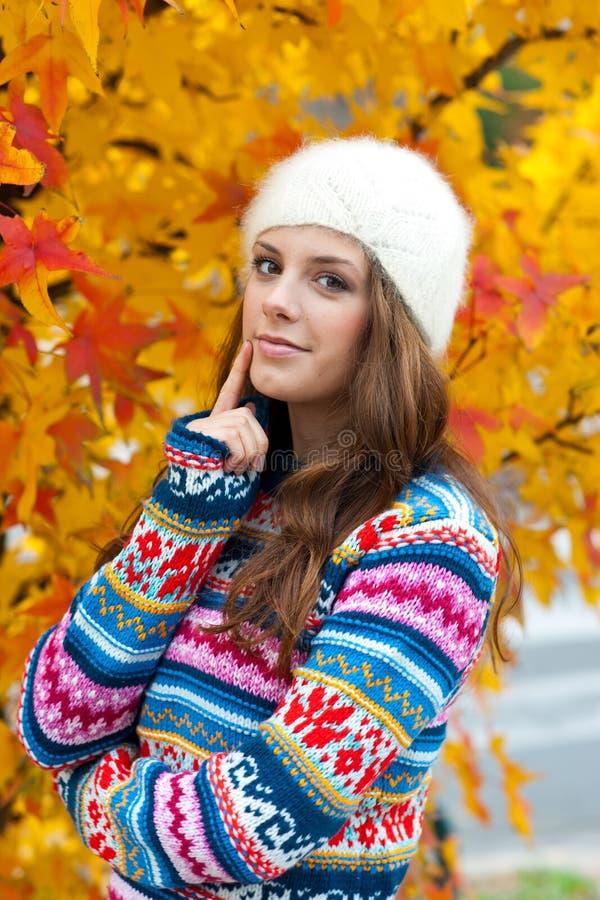 Teen flicka i höst royaltyfria foton