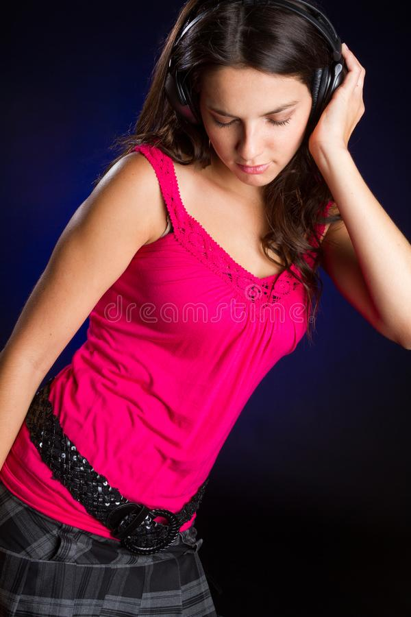 Teen flicka som lyssnar till musik royaltyfri foto