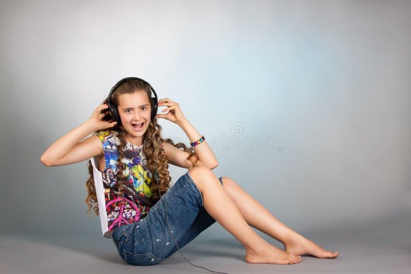 Teen flicka som lyssnar till musik arkivfoton