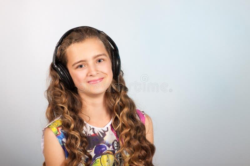 Teen flicka som lyssnar till musik arkivfoto