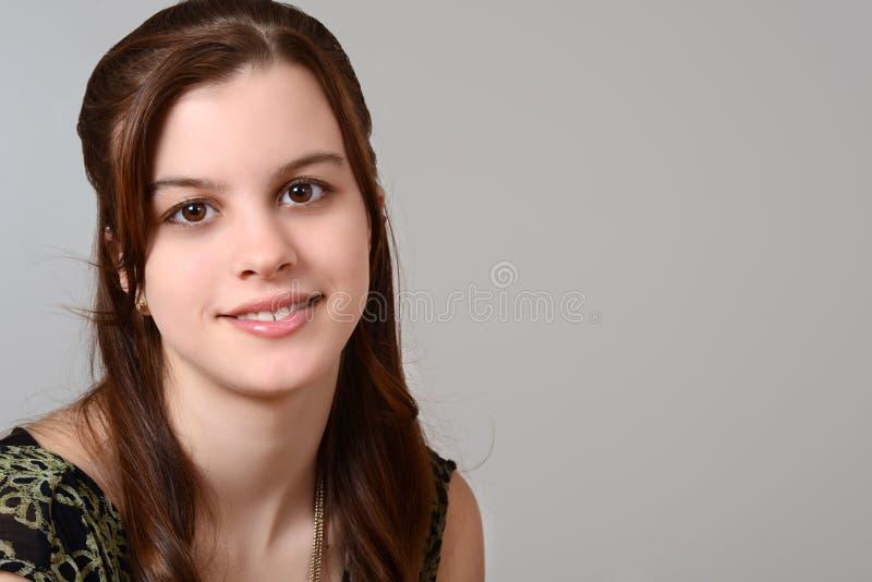 Teen flickastående på grå färg fotografering för bildbyråer